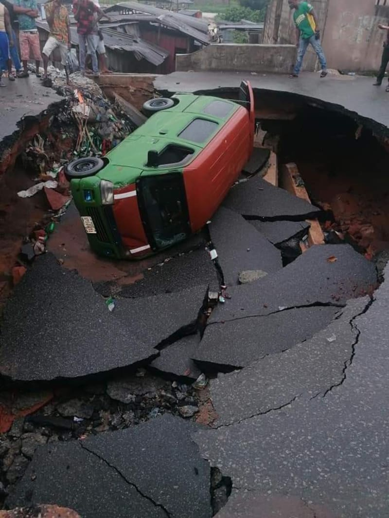 Sinkhole Appears In The Middle Of A Road In Ogbor Hill, Aba, After Heavy Rain