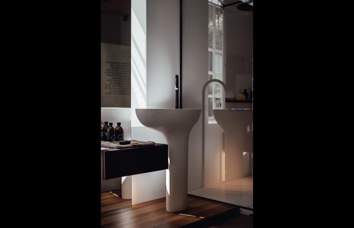 Lavabo A Colonna Design lavabo a colonna completo di piletta, predisposto per