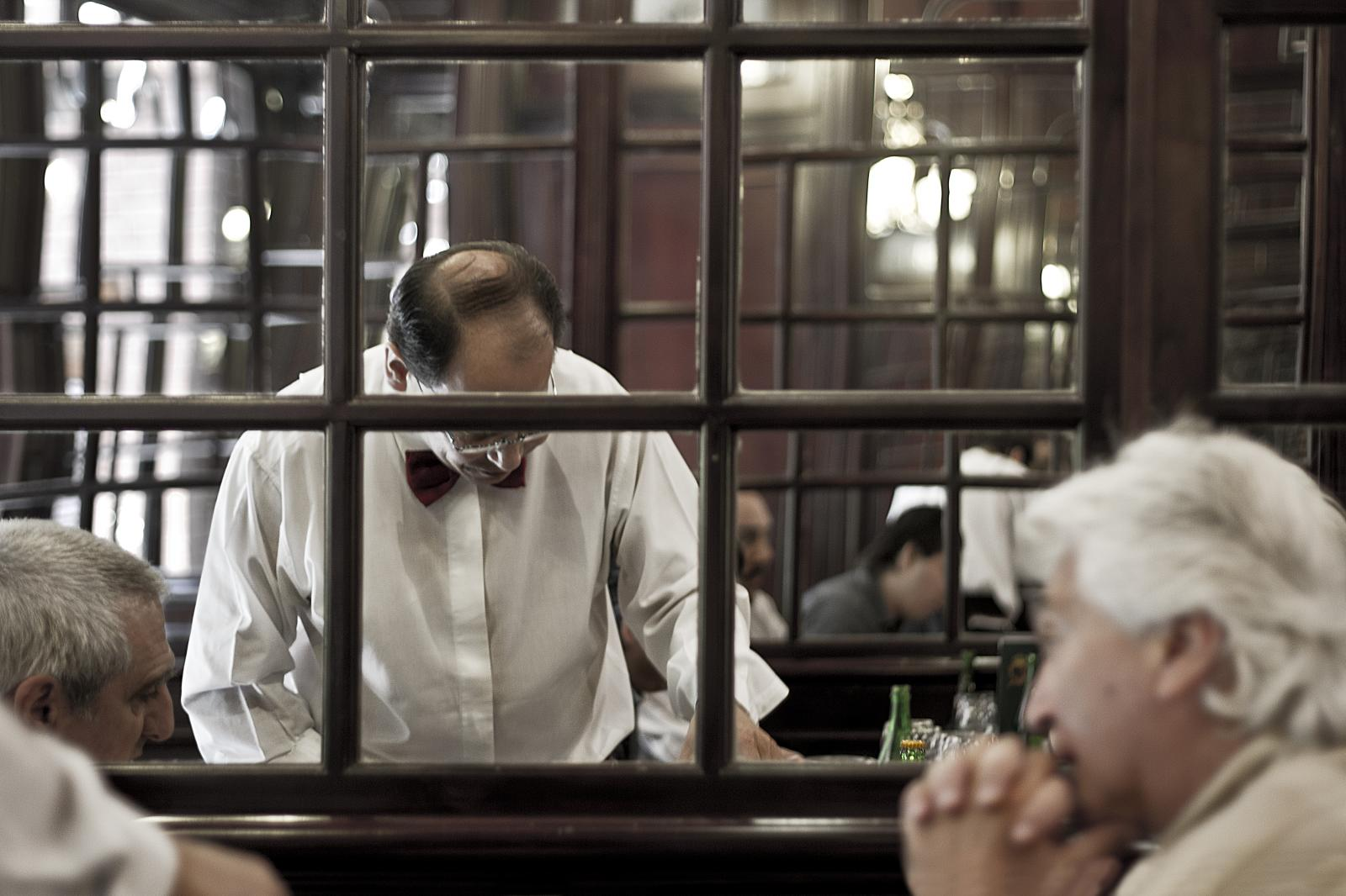 el camarero de la ventana