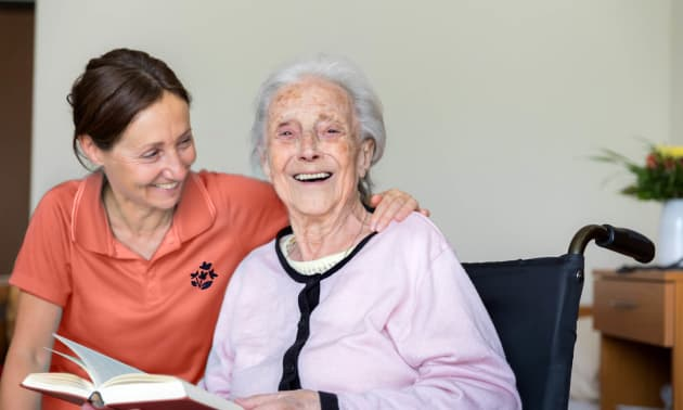 Femme Age d'Or rigolant avec femme âgée
