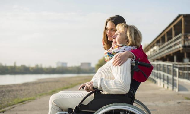 Fille accompagnant sa mère âgée