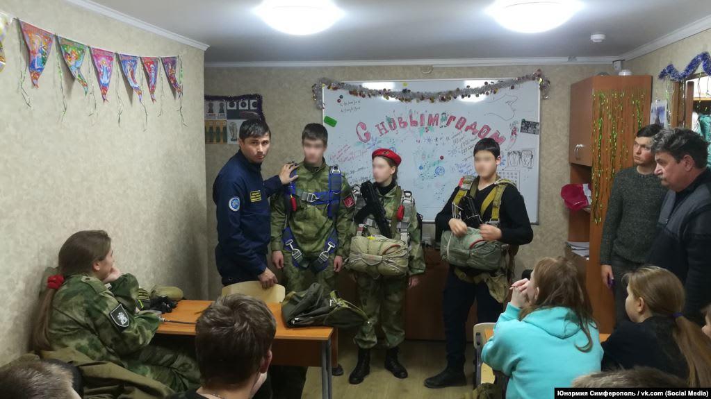 У детей в Крыму продолжают развивать «культ войны» – правозащитники