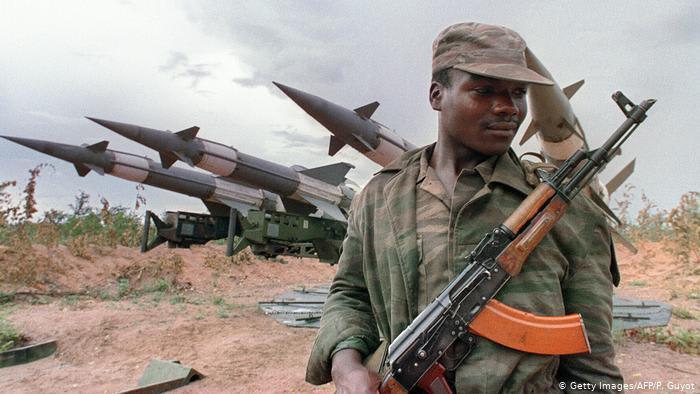 DW: Россия продает все больше оружия в Африку. Кому и сколько?