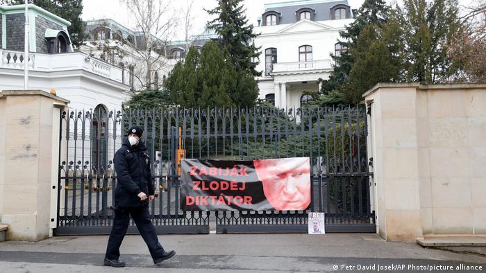 Российских дипломатов в Чехии подозревают в курировании интернет-троллей