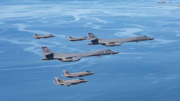 США направляют эскадрилью бомбардировщиков B-1B к границам России