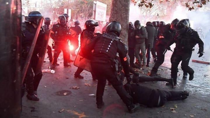 Французские депутаты перепишут статью о запрете на публикацию видео с полицейскими