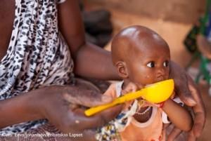Ruokaa nälänhädästä kärsiville lapsille