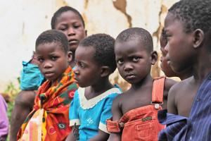 Auta lapsia hirmumyrsky Idain tuhoalueella