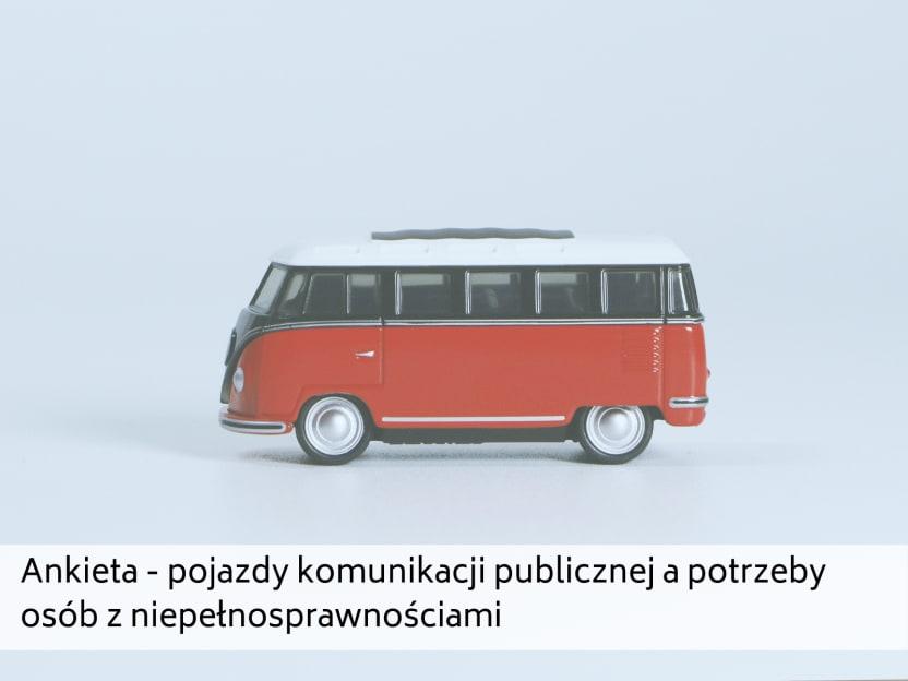 zdjęcie zabawkowego autobusu i napis: ankieta - pojazdy komunikacji publicznej a potrzeby osób z niepełnosprawnościami