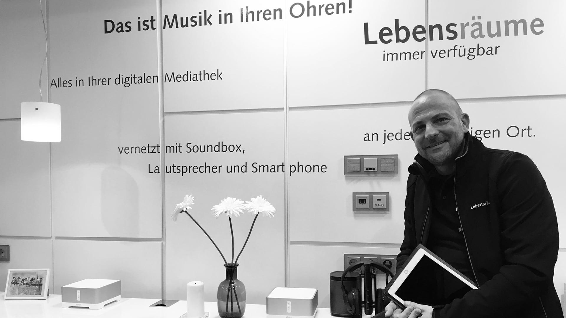 Oliver (Teamleiter Lebensräume) im Showroom in Freiburg