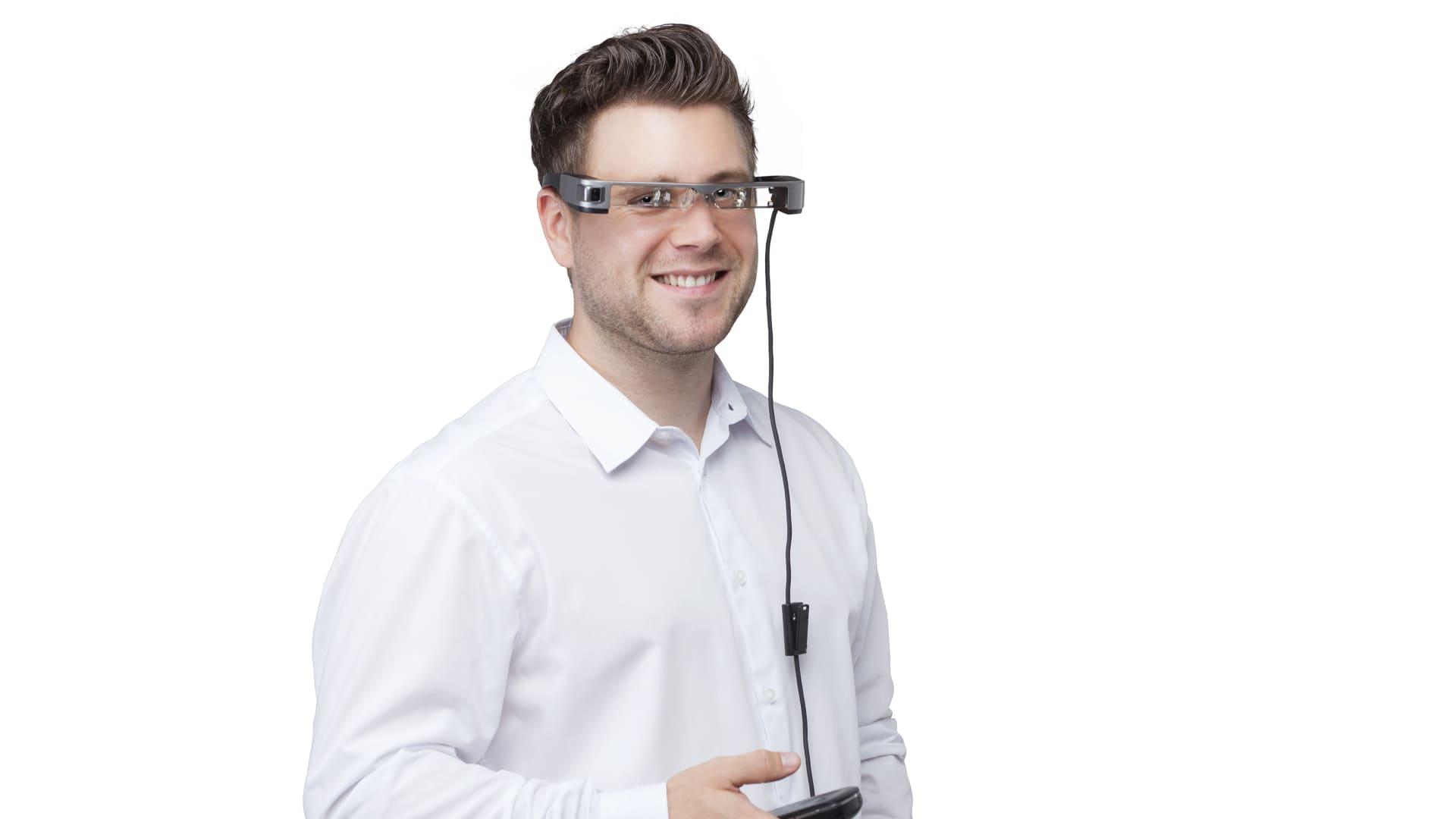 Daniel trägt eine Datenbrille.