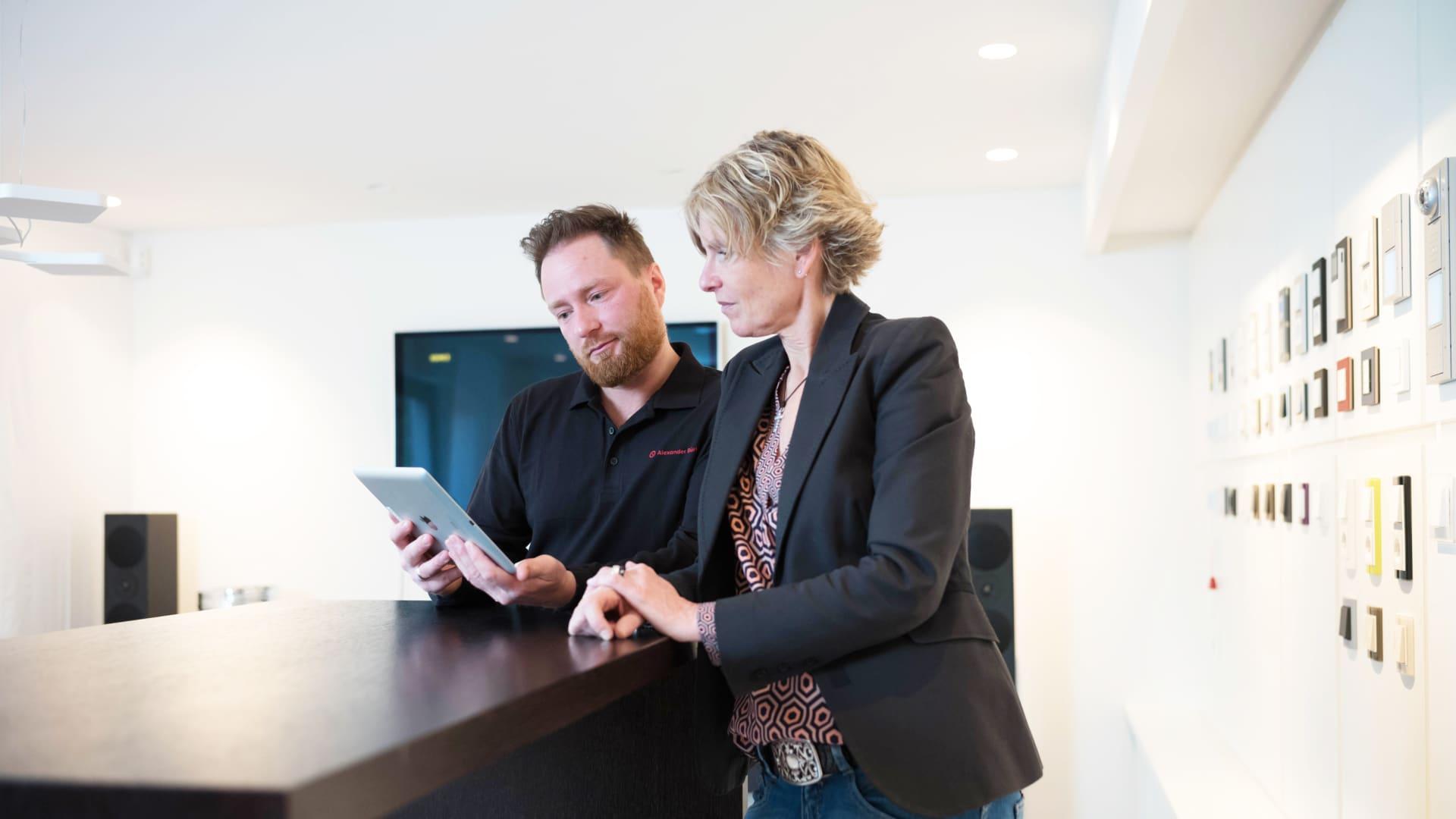 Beratung mit Tablet in einem Fachhandelsgeschäft