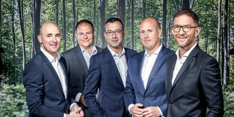 """Platzieren mit ihren Teams ab Oktober Produkte """"Aus Nachbars Garten"""" (v.l.): Benedikt Brumberg, Frank Lamontagne (beide BRUMBERG), Michael Blum (TRILUX), Johannes Brumberg (BRUMBERG) und Joachim Geiger (TRILUX)"""