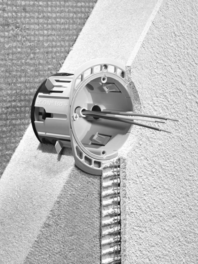 Die Geräte-Verbindungsdose ECON Iso + von Kaiser für Einbaugeräte wie Schalter und Steckdosen in Holzfaser-Dämmplatten. Die Form des Montagerahmens ist für Mehrfachkombinationen ausgelegt. Das Setzwerkzeug gewährleistet die leichte und sichere Befestigung ohne zusätzliche Hilfsmittel.