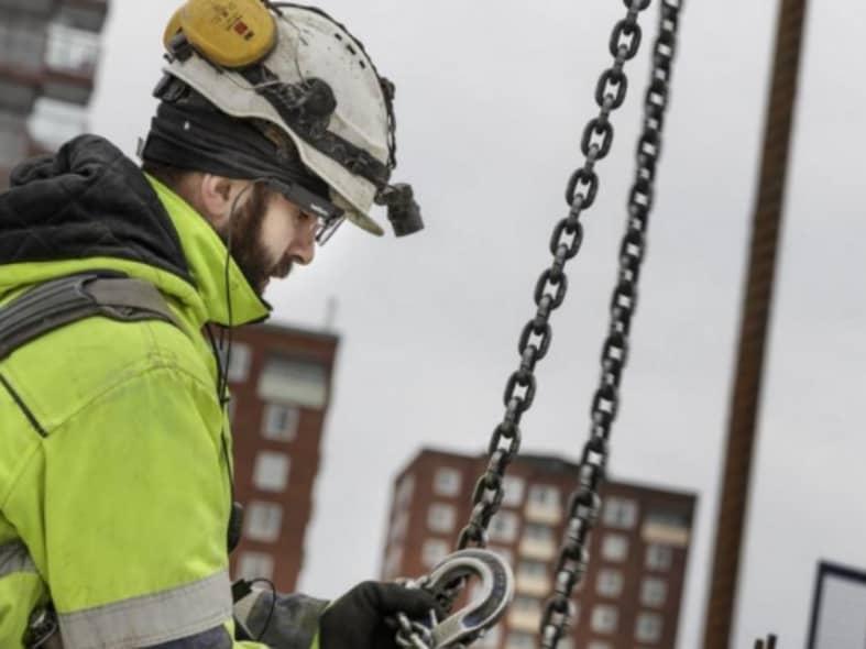 Ein Bauarbeiter bedient einen Kran. Durch Eye Tracking können gefährliche Situationen erkannt und vermieden werden.