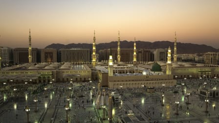 Masjid Nabawi birds-eye view on sunrise showing the Hotel Al Eiman Taibah on the back