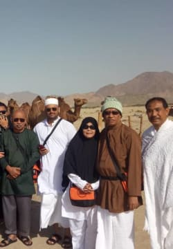 A group of people in front of Kaabah