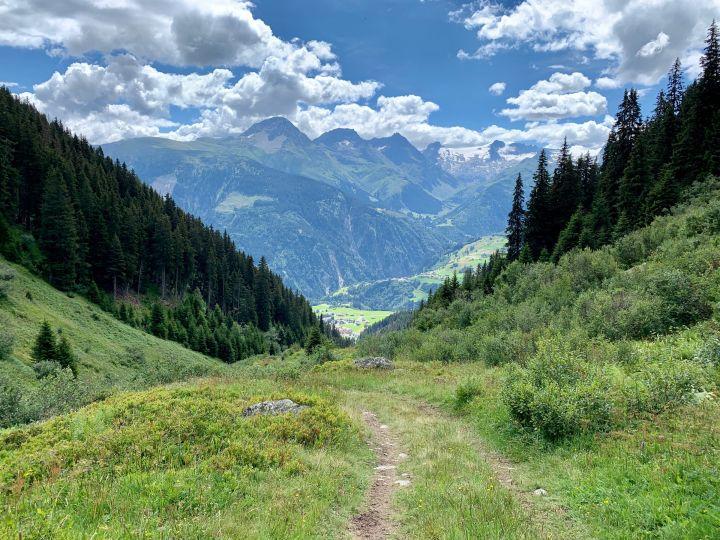 chemin de randonnée pédéstre dans le vallon d'Acletta