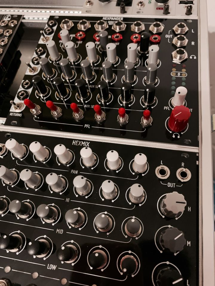 The Hexoander module screwed in a rack in the upper row of an Hexmix module