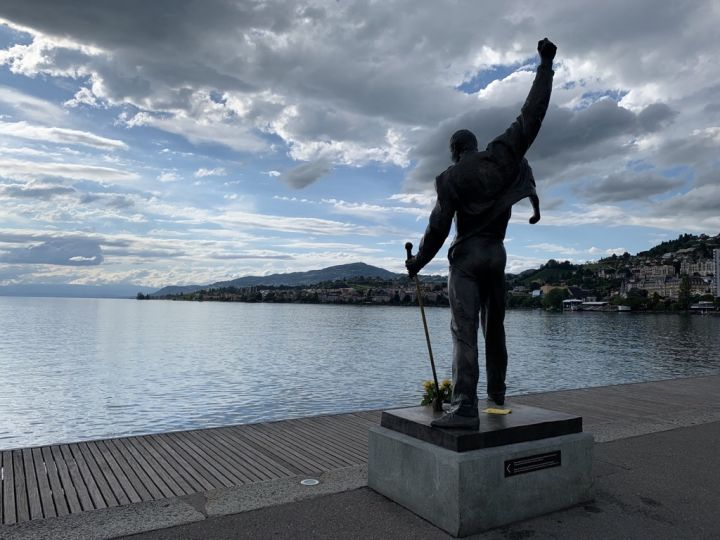 the statue of Freddie Mercury in front of the lake in Montreux