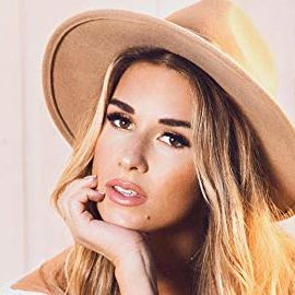 Jessie James Decker Headshot