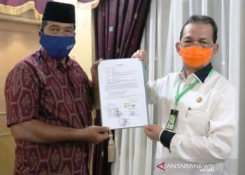 Bupati Tapanuli Selatan Syahrul M.Pasaribu (kanan) menerima surat hibah tanah kepada pemerintah dari salahsatu tokoh masyarakat Pintu Padang II, Kecamatan Batang Angkola di wilayah itu untuk dijadikan sbagai lokasi MTQN tingkat kabupaten pada tahun 2021 mendatang. (ANTARA/HO)