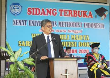 Prof Dian Armanto Ketua LL Dikti Wil I sedang memberikan sambutannya pada acara wisuda Drive thru UMI.(foto : Ist)