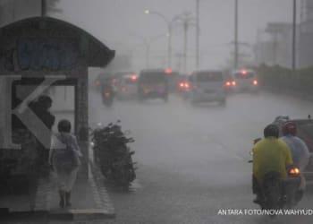 ILUSTRASI. Sejumlah pengendara menembus hujan. ANTARA FOTO/Nova Wahyudi/aww.