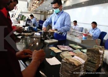 ILUSTRASI. Warga menukarkan uang Rupiah tidak layak edar dari berbagai pecahan di loket Gedung C Bank Indonesia, Jakarta, Rabu (26/7). KONTAN/Fransiskus SImbolon/26/07/2017