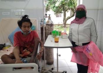 Ninawati saat mengunjungi Muhammad Faisal di RSUD Dr Djasamen Saragih Siantar. (foto : ibnu)