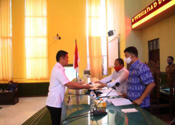 Walikota Pematangsiantar H Hefriansyah SE MM Sedang Menyerahkan Pengantar Nota Keuangan atas Ranperda tentang Pertanggungjawaban Pelaksanaan  APBD  Tahun Anggaran 2019 kepada Pimpinan DPRD. (foto : IST)