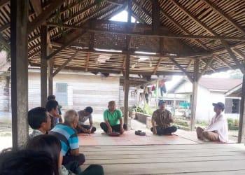 Tonny Saritua Purba saat melakukan pelatihan cara pembuatan pupuk hayati dari bonggol pisang.(foto :ist)