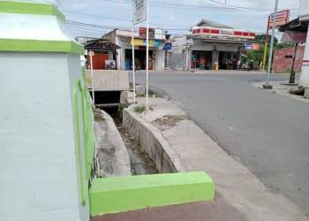 Parit  di Simpang Jalan Viyatha Yudha Pematangsiantar   tempat dimana Arjuna Sauki Alyudha Minggu 26 Juli 2020 terbawa arus air yang memenuhi parit saat hujan deras mengguyur.(foto :ibnu)