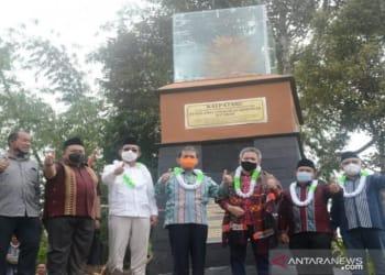 Bupati Tapanuli Selatan Syahrul M.Pasaribu dan rombongan saat diabadikan di pelataran Tugu Kalpataru Hatabosi di Desa Tanjung Dolok, Kecamatan Marancar (ANTARA/Kodir)