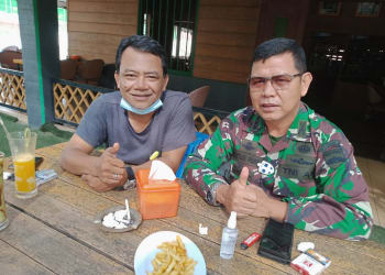 Gregorius Purba (kiri) berfoto bersama dengan Kol (Inf) Waston Purba SIP Danrindam I Bukit Barisan (kanan) (foto: ist)