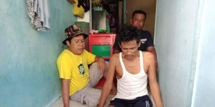 Sabri Penderita Tumor Tulang didampingi Hartama   Goliath Damanik (baju kuning) dan Adiknya Sayidina Ali. (foto : HTP)