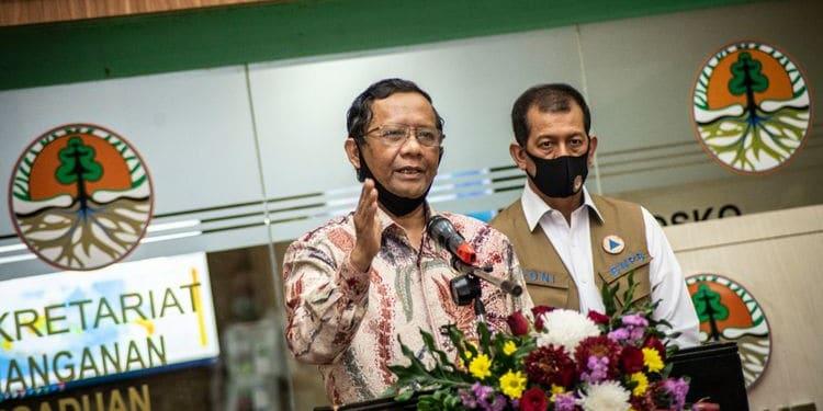 Menko Polhukam Mahfud MD (kiri) didampingi Kepala BNPT Doni Monardo memberikan keterangan pers seusai mengikuti Rapat Koordinasi Khusus (Rakorsus) Tingkat Menteri di Kementerian Lingkungan Hidup dan Kehutanan, Jakarta, Kamis (2/7/2020). Rakorsus tersebut membahas antisipasi kebakaran hutan dan lahan (Karhutla) periode puncak kemarau tahun 2020. ANTARA FOTO/Aprillio Akbar/nz(ANTARA FOTO/Aprillio Akbar)