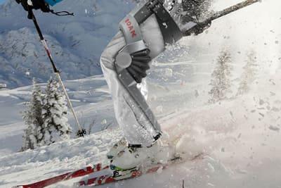 Dieses Ski-Exoskelett von Roam Robotics soll Deine Beine beim Skifahren entlasten