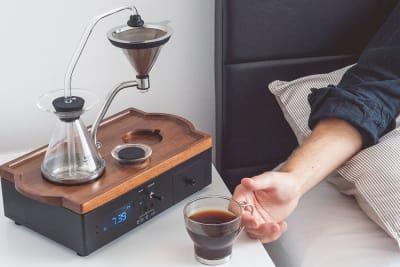 Kaffee und Teezubereiter Barisieur mit integriertem Wecker und Milchkühlfach