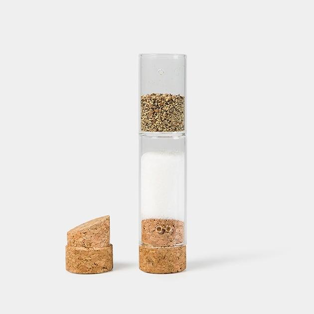 Handlicher Volto Gewürzstreuer aus Glas, doppelseitig