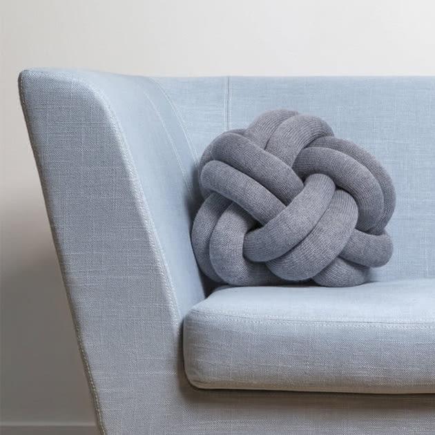 Verpieltes, außergewöhnliches Knoten Kissen von Design House Stockholm