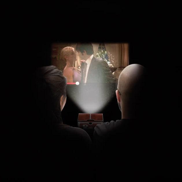 Kleiner Smartphone Projektor für Filme in 8-facher Vergrößerung von Luckies of London