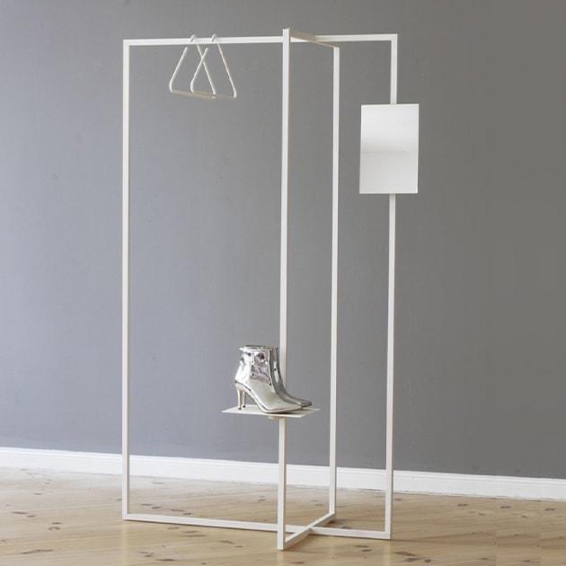 Puristische Garderobe mit Skulpturcharacter – Modular Frames L von Roomsafari