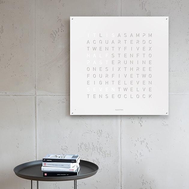 Qlocktwo zeigt die Zeit mit Worten in 20 Sprachen
