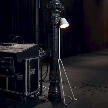 Stehleuchte Manana – praktisch an die Wand gelehnt von Design House Stockholm