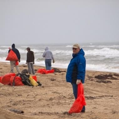 Blog Thumbnail - Volunteers clean up Cornwall's beaches