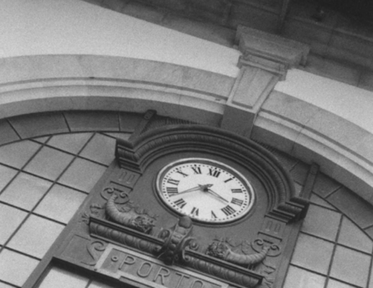 Watch in Station São Bento. Rollei 35  SE, 25mm.