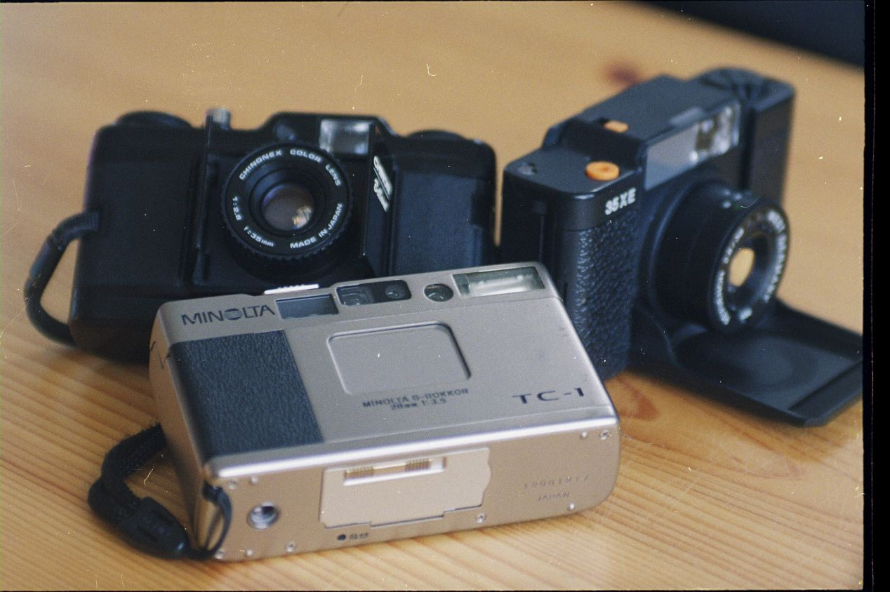 Minolta TC-1 is very small and quite light. With film and battery in, it weighs a mere 226g, which is much lighter than Chinon Bellami's 252g. TC-1 is only tipping the scale against Revue 35 XE's incredible 174g profile.