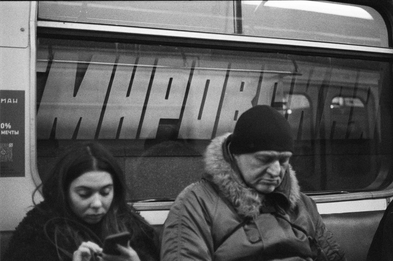 𝒇2.0 50mm Voightländer Ultron at the Moscow subway with Ilford Delta 3200. I kept the lens wide-open so that I can shoot at ~1/250 and avoid motion blur. The focus fell on the blocky station signage instead of the passengers, which I think made this picture a little more interesting.