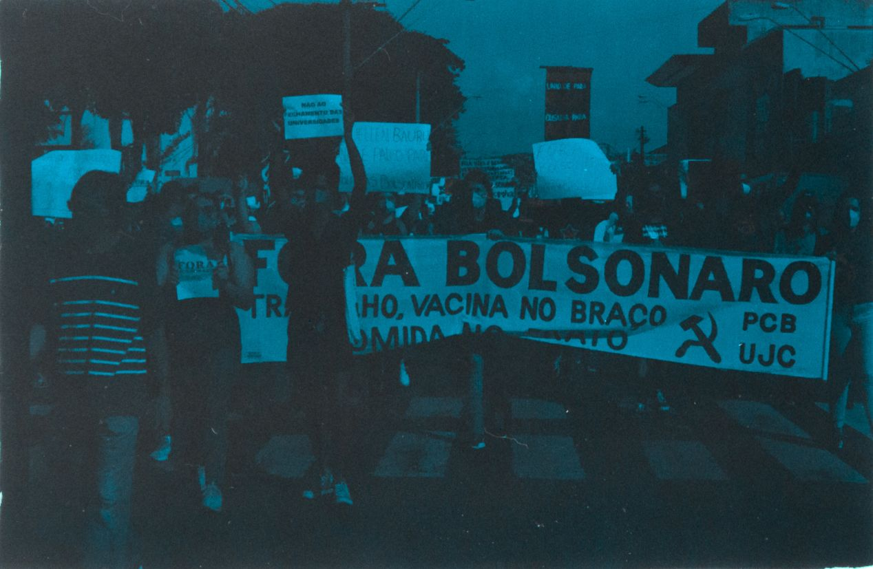 29/05 — Another day of the fight in a journey against the president, made with Olympus OM-1n + Agfa 100 expired in 2004.